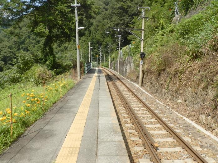 愛知県豊橋駅と長野県辰野駅を結ぶ飯田線沿線の金野駅は、天竜川と米川の合流地点近くにある無人駅です。