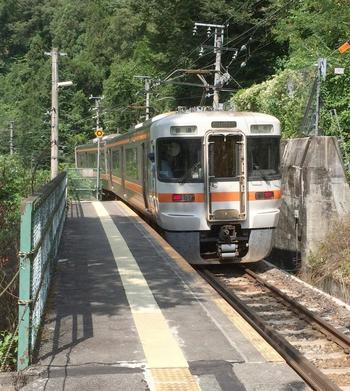 金野駅そのものは古く、駅舎も無い簡素な駅です。しかし、飯田線は愛知県と長野県を結ぶ幹線として重要な役割を担っているため、颯爽と快速列車がこの駅を通過してゆきます。