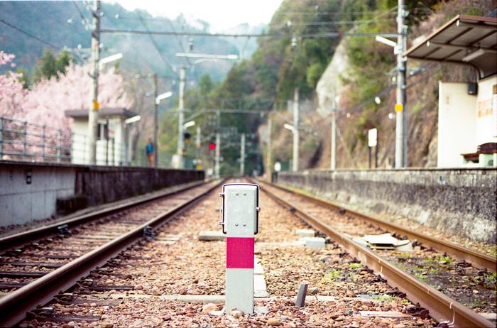 飯田線沿線の伊那小沢駅は、天竜川畔の無人駅で上り線、下り線のホームと線路がそれぞれ有る2面2線の無人駅です。かつては、有人駅でダム資材の貨物輸送駅として賑わっていましたが、現在は往時の面影を残しておらず、静寂に包まれた静かな山間部にひっそりと佇んでいます。