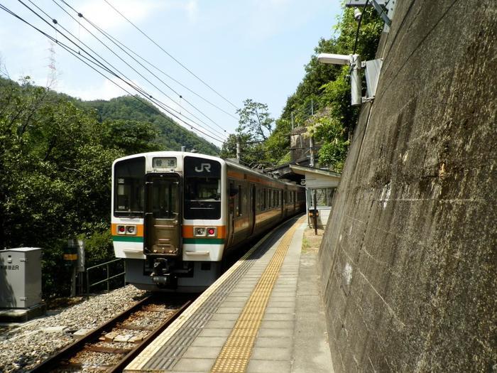 駅構内に駅舎はなく、雨宿りがやっとできる程度の小さな待合室があるのみです。1面1線のホームには、豊橋方面へ向かう列車、辰野駅へ向かう列車がどちらも乗り入れています。