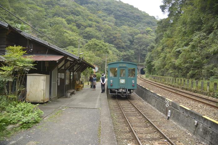 秘境駅は日本全国にあります。山の奥深い場所であったり、断崖が続く海岸沿いであったり、人里離れた野原にたたずむ駅であったり、様々な場所に秘境駅が点在しています。