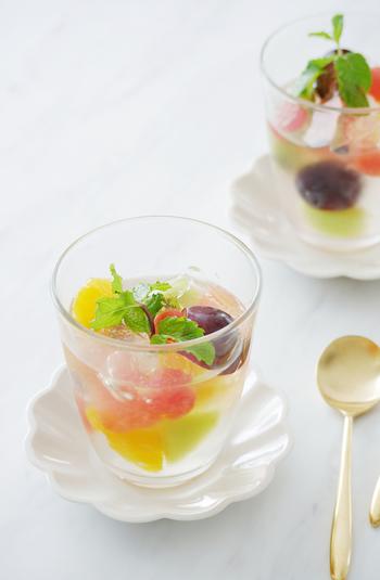 サイダーのシュワシュワをゼリーに閉じ込めた、食感も楽しめるゼリー。レモンと炭酸で、ダブルの爽やかさが楽して◎。フルーツは盛り付ける時に入れる事で、ゼリーが固まりにくくなる事もありません。カラフルなフルーツで、見た目も夏らしい一皿です。
