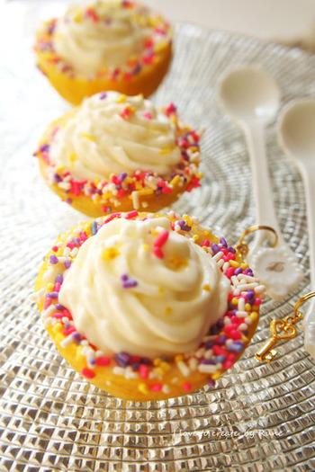 ソフトクリームの様な滑らかな食感に、レモンの爽やかさ香るマシュマロアイス。とっても簡単に作れるので、お子様と一緒に作られてみてはいがかでしょうか。トッピングが楽しめるのも、お子様にとっては嬉しいポイントですね。