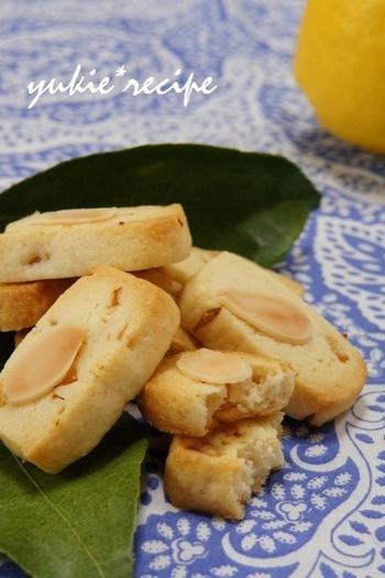 レモンと塩で仕上げた、甘すぎないクッキー。アーモンドの香ばしさがプラスされ、サクサクの食感が癖になります。クッキーは保存出来るも嬉しいポイントですね。