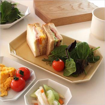 定番のハム×たまご、ハム×キュウリのサンドイッチ。いつものサンドイッチも4分の1にカットするだけで、ちょっとオシャレになります。サラダも一緒のプレートにのっけて少しでも洗い物を効率的に。見た目も色のバランスがとれてキレイ。