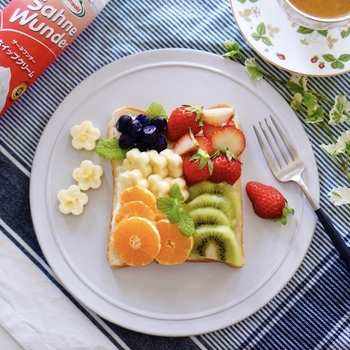 カットした華やかなフルーツをパンにのせるだけで、カフェスイーツのようなおしゃれなオープンサンドの出来上がり。シンプルで美しい丸プレートが、鮮やかさを引き立てます。果物別にステッックトーストにしてもキュートです。