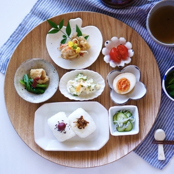 同じく常備菜を、小鉢や豆皿にそれぞれ盛り付けた朝ごはん。一つずつのお料理に専用の居場所をつくるだけで、より美味しそうに見えます。色々なデザインのお皿を使えば、並べるだけでおしゃれに。盛り付けに自信がないという方でも挑戦しやすそう。
