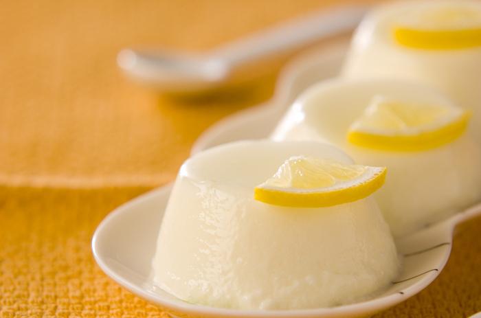 プルプルでツルンと食べられる、レモン香るパンナコッタ。のど越しも良く、暑い日のおやつにはぴったりです。1時間くらいで固まるので、サッと作れるのも魅力ですね。