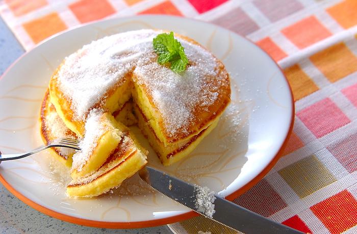 レモン汁をたっぷり染み込ませた、見た目もおしゃれなパンケーキ。おやつにはもちろん、休日のブランチもおすすめです。ふんわりしたパンケーキに、ざくざくしたグラニュー糖の食感が楽しい一皿です。