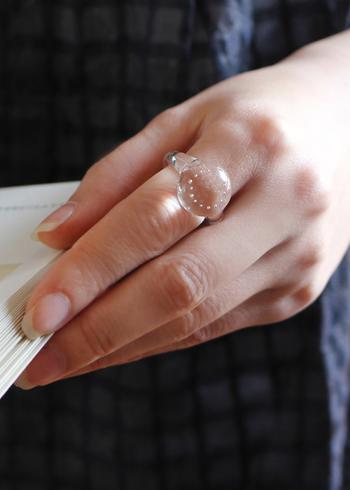 丸いガラス玉の中に小さな泡が入っている涼し気リング。 ほどよいぽってりとしたボリューム感と透明感が手を綺麗にみせてくれます。