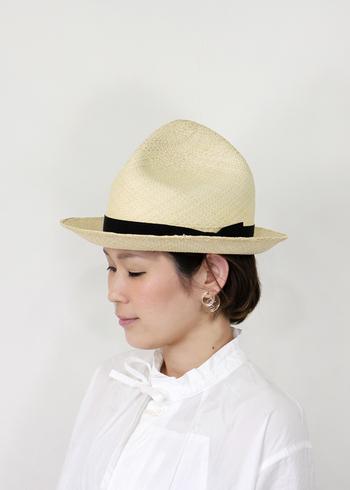 メンズライクなパナマハット。 いつもの麦わら帽子に飽きたなら、こんなハンサム顔のお洒落帽子はいかが?  Tシャツとジーンズのコーディネートも、これをかぶるだけでよそゆき風に。