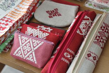 「こぎん刺し」とは、青森県津軽地方の伝統的な刺し子(刺繍)のこと。あたたかみのあるスタイルから趣味として始める人も増えてきています。