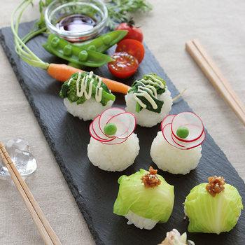 いつものおにぎりも、形を変えればこんなにオシャレな朝食に。旬の野菜をのせたら、彩りもキレイで体にも優しいハズ。栄養と満足度UPのために、野菜たっぷりの具だくさんお味噌汁を添えるのがおすすめです。