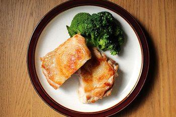 皮目からじっくり焼き上げるチキンソテーは、食べごたえ満点。おしゃれにバターとレモンでつくる「レモンバターソース」で、ビストロ気分を味わって。 鶏もも肉ならジューシーに、鶏むね肉ならヘルシーに作れます。