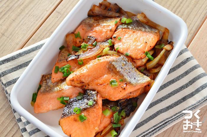 レモン汁と酒でマリネした鮭に、うすく小麦粉をつけて焼き上げてから醤油で味を絡めます。小麦粉の変わりに大豆粉を使えば、より糖質オフに♪