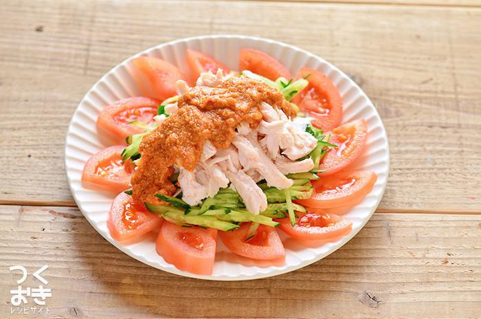 蒸し鶏も色々つかえる便利な常備菜です。手で細く裂いたら、トマトとキュウリの上にのせ、ピリ辛中華ゴマダレをかけていただきます。レシピに砂糖小さじ1と記載されていますが、自然派甘味料のラカントで代用したり、省くとより糖質が減りますよ。