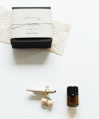 香水上級者のような使い方が楽しめるこちらのセット。イヤリングに香水を適して香らせて使います。動くたびに香りがふわふわと香って一日中素敵な気分で過ごせそうですね。