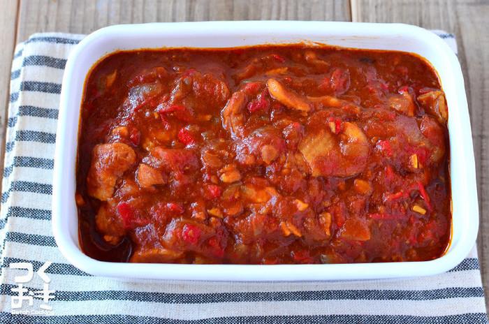 冷蔵庫で5日間、また冷凍保存もできる、トマトベースのカレー風味チキン煮です。玄米と合わせたり、より糖質オフできる「低糖質パン」や「こんにゃく米」と一緒にいただくのも良いですね。