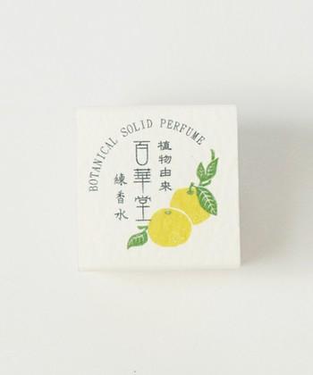 浴衣の日にはとくにおすすめの和の香り。こちらは日本のジメジメした夏を爽やかに変えてくれる、柚子の香り。みつろうの天然成分とビタミンEを配合の、ふんわり&さっぱりと香る練り香水です。