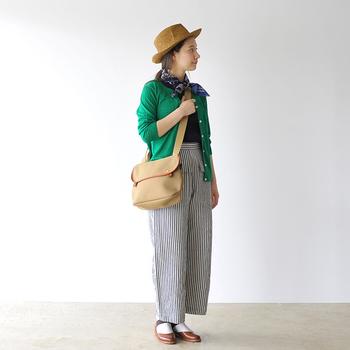 丈夫な帆布のショルダーバッグは、カジュアルなコーディネイトと合わせて。レザーで縁取りが上質な雰囲気。底のマチがしっかりとあるので、見た目以上の収納力が◎ 女性も男性が持っても違和感のないデザインです。