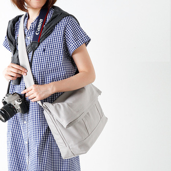 カメラ雑貨のブランド「ナドワ」のショルダーバッグは、気軽に持ち出したくなるカメラバッグが始まり。旅行に欠かせないカメラと、財布やスマホを傷つけずにかわいくオシャレに持ち歩けます。