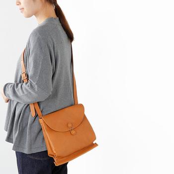 書類封筒のような留め具がユニークなバッグ。荷物が増えた時には、サイドのスナップボタンでマチ幅を変えることができます。程よいレトロ感が個性的。コーデの主役になってくれるバッグです。