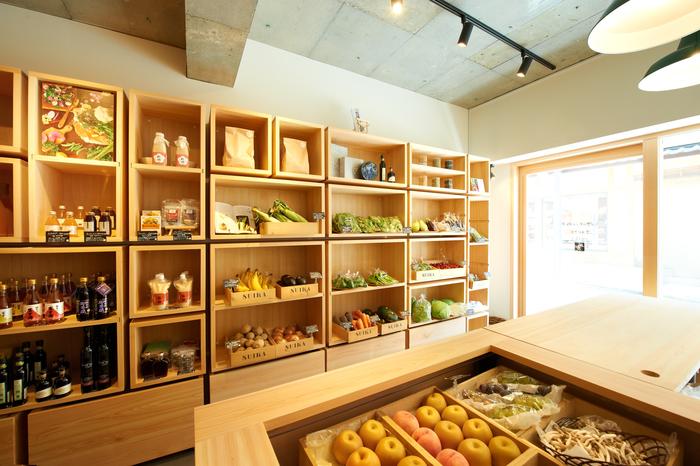 神楽坂のさんぽ道の途中にある店舗では、瑞花スタッフが目利きした、旬のおいしくて瑞々しさにあふれた野菜や果物たちや、オリーブオイルや調味料など加工品が並んでいます。