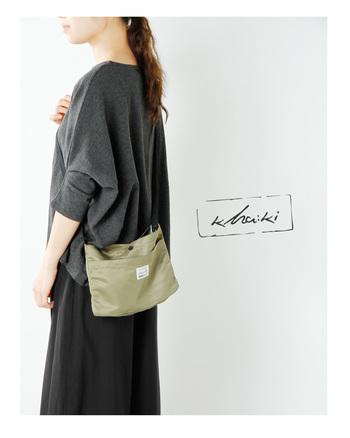 財布とスマホとカギなど、大切なものだけを持ち歩くシンプル設計のショルダーバッグ。外側についたポケットは、お買物メモやハンカチなど、すぐに取り出したいものを入れるのに便利です。