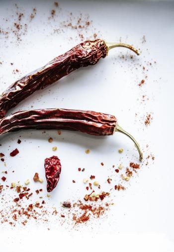 南インドで主に使用するスパイスは、マスタードシードや唐辛子などが中心で、あまり多くのスパイスを使わないかわりに、ミカン科ハーブのカレーリーフや酸味のある果実のタマリンドが使われます。ピリッとした辛さと、フルーティーで爽やかな酸味が特徴です。
