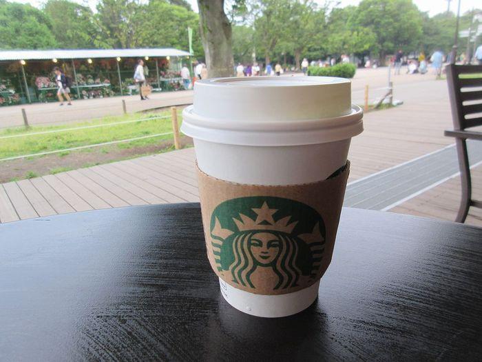 やっぱりかわいい、お馴染み『スターバックスコーヒー』のテイクアウト用のカップですよね!白地にグリーンのロゴが描かれたシンプルなカップ。さらに、ナチュラルカラーのスリーブに大胆にロゴがデザインされているので、遠くから見ても一目でスタバとわかります♪