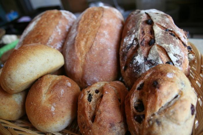 """焼き上がるパンは、どれも素直で素朴。""""純粋""""という言葉がピッタリなのです。国産小麦やオーガニックのナッツ&ドライフルーツを使うなど、材料にこだわりぬいています。手ごねで丁寧に作られた、噛めば噛む程に美味しい味わいが広がるパンです。"""