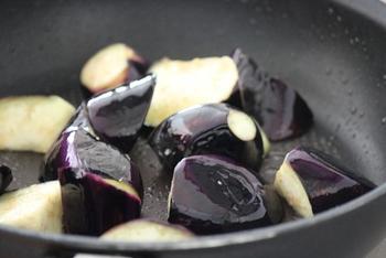 色が濃くツヤがあり、重みがあるものが美味しいと言われています。なすは油と好相性なので、炒めものや揚げものにしても美味しくいただけますよ。