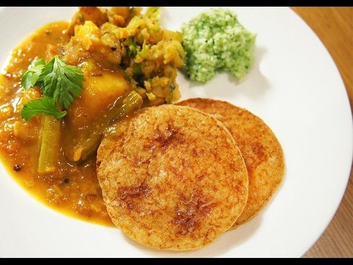豆と米をお水につけたものをミキサーにかけて発酵させた生地で作る「ドーサ」は、南インドのパンケーキ。かすかな酸味が効いた軽いお味で、日本でも人気のメニューです。