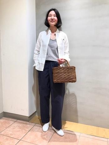 こちらはリネン素材で統一したスタイルで、とっても涼やかですね。籐のかごバッグを合わせ、夏らしいコーディネートです♪