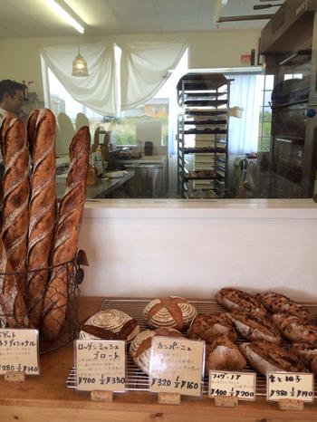 小さなお店には、たくさんの種類のパンが並びます。ゆったりとした時間が流れる心地よい雰囲気に、思わずほっこりしてしまいます。