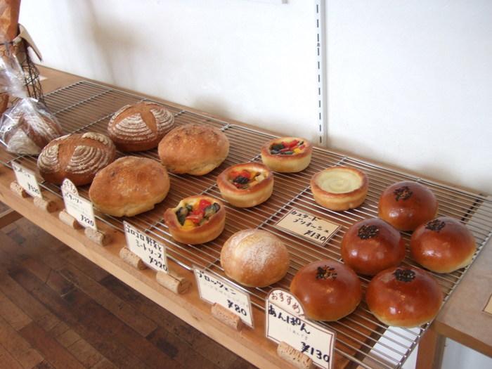 豊富なパンの中でも、ハード系のパンが人気。外はパリパリ、中はふわふわの高品質なパンが楽しめます。もちろん、あんぱんやブリオッシュロールなど、やわらかいパンも大人気ですよ。