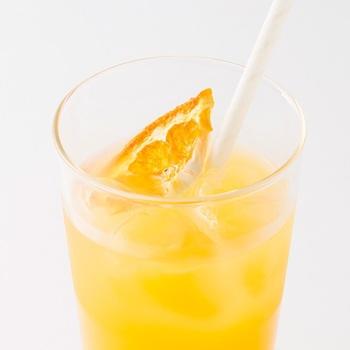 山口県の特産品「夏みかん」を使用した、レモネードならぬ「ナツミカネード」。シロップは、お水で割ってもOKですが、炭酸水で割るとさわやかな泡立ちを楽しめます。シロップと一緒に乾燥夏みかんも添えられていて、ジュースに漬けた後のシャリシャリ食感が美味しい◎2度楽しいティータイムをどうぞ。