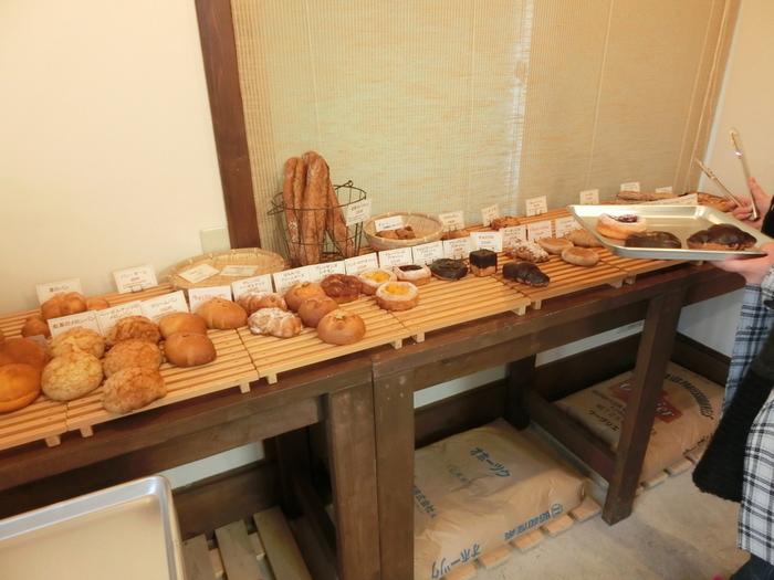 店内には、こだわりぬいたパンが並びます。現在使われているのは、数か所の桜から花びらを集めて選んだ、桜の花弁から起こした酵母。その酵母を使って、じっくりと熟成させるパンは、美味しくないはずがありません。