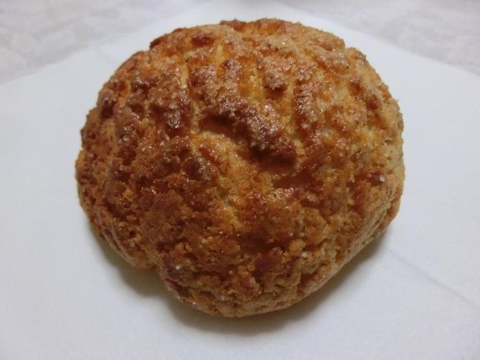 おすすめは、ヘーゼルナッツのメロンパン。表面のサクサク&中のふわふわの食感に、ヘーゼルナッツの香りがふわりと楽しめます。メロンパンでありながら甘さ控えめなので、甘いパンが苦手な方にもおすすめですよ。