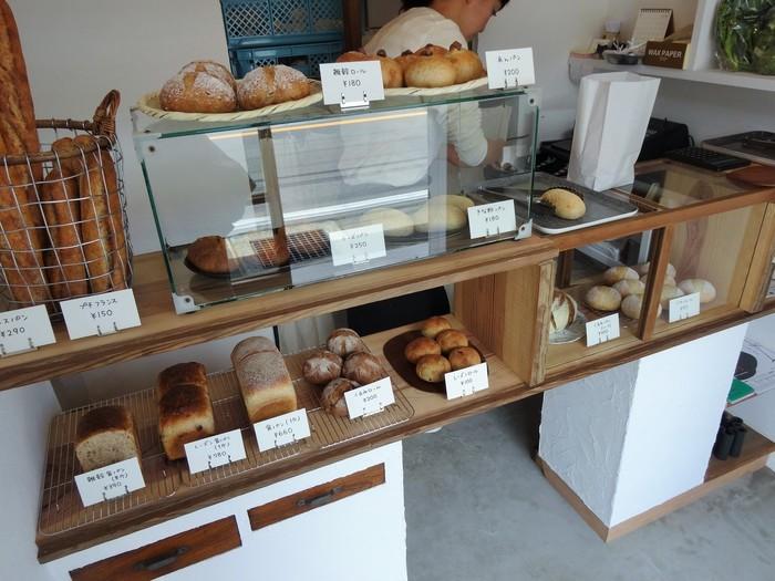 お店に入った瞬間に、ふわりと漂うパンのいい香りが魅力的。小さなカウンターを挟んだ内装は、コンパクトながらもとってもおしゃれです。