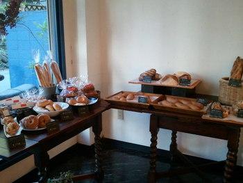 店内のテーブルには、美しいパンが所せましと並びます。ガラスのショーケースにはきらきら輝くデニッシュも。どれも美味しそうで、目移りしてしまいます。
