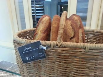 購入必須なのが、バゲット。ハード系でありながら硬すぎないパンは、お食事を邪魔しないけれどしっかり存在感があります。