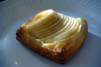 手軽に食べられる焼きたてパンを、披露山公園で食べるのもおすすめ。サクサクの生地と、甘いトロトロのフルーツがおいしいデニッシュは、最高のおやつになりますよ。