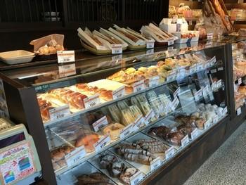 横並びのガラスケースとカウンター棚に、パンがびっしりと並んだ店内。どれも美味しそうで、何を買おうか迷ってしまいそう♪