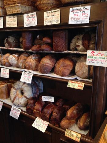 広くない店内には、本格的なハードパンがびっしりと並びます。その光景は、さながらヨーロッパのブーランジェリー。大きさに驚いていると、他のお客さんが買っていくパンの量にさらに驚くことになります。