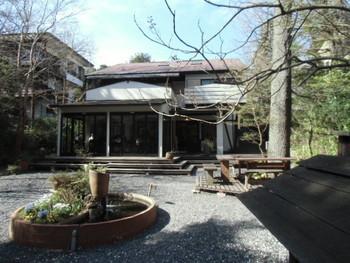 伊豆の人気別荘地・伊豆高原にある、ベーカリーカフェ。涼やかな高原の木立に囲まれたエリアにあるこちらは、都会の喧騒を忘れられる別世界のようなお店です。
