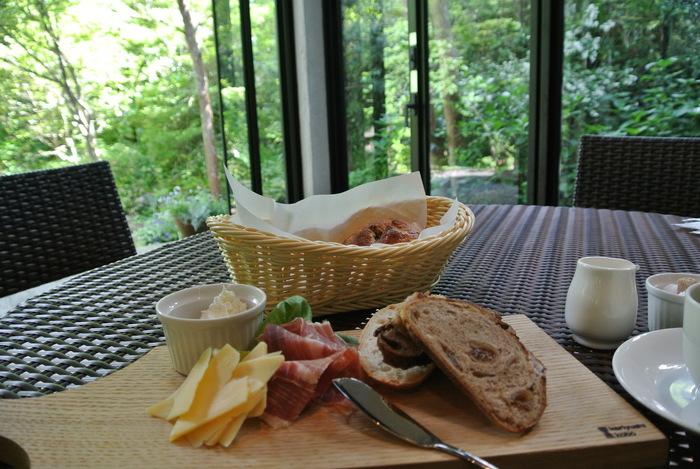 大人気のお店のため、カフェスペースはいつも満員!運よく座れたら、パンに合うお料理がいただけます。お庭を眺めながら、優雅な時間をお過ごしください。