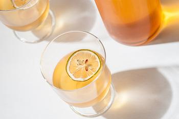 クッキーやケーキなど、洋菓子とも相性の良い紅茶。さわやかな香りを楽しみながら、優雅な気分に浸れますね♪「光浦醸造」の水出しレモンティーには、瀬戸内産の輪切りレモンが入っています。レモンを切らなくても、さっぱりとした酸味を楽しめます。