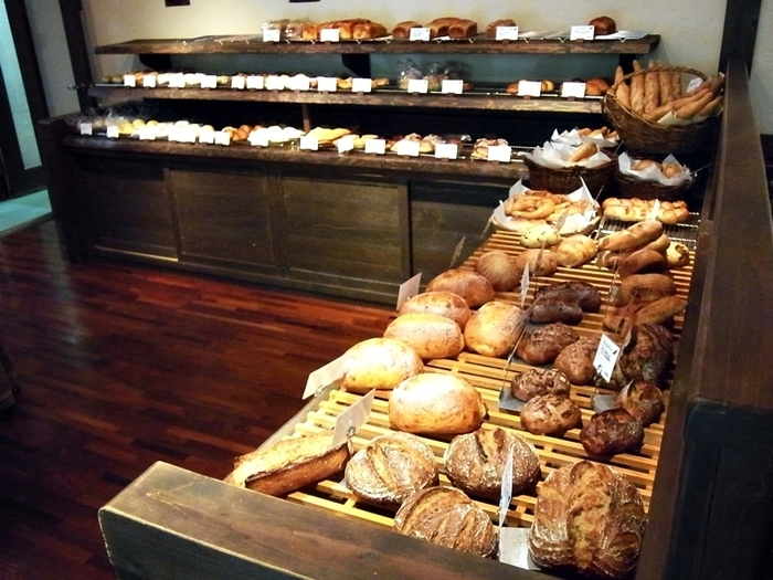 それほど広くない店内に、たくさんのパンが♪来客も多いので、選んでいるうちにどんどんパンがなくなり、新しいパンが運ばれてくる、という活気のある風景が繰り返されます。