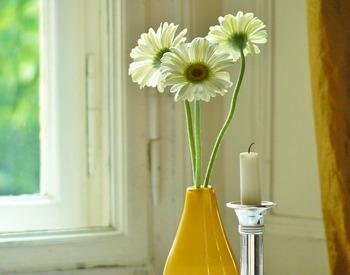 ■お花×キャンドル お部屋をエレガントな印象にしてくれる、お花とキャンドルの組み合わせ。燭台やフラワーベースを工夫すると、グッと存在感が増します。